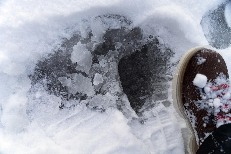 Rozbředlý led pod vrstvou sněhu