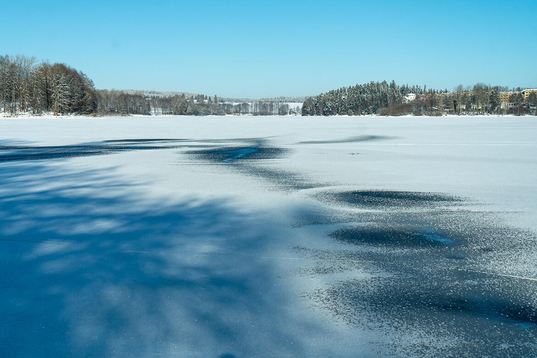 Slabý led vmístě proudů Lipna, kudy se ominulém víkendu prohánělo několik běžkařů